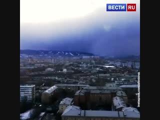 Посмотрите, как на Красноярск надвигается холодный фронт! Сейчас там –16, которые ощущаются как – 23.