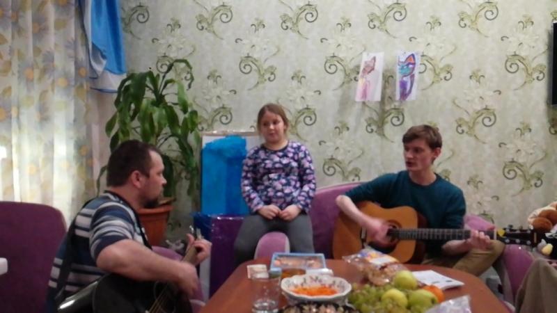 Старший сын научился играть на гитаре, а дочь подпевает.