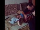 деда играет,внучок танцует;