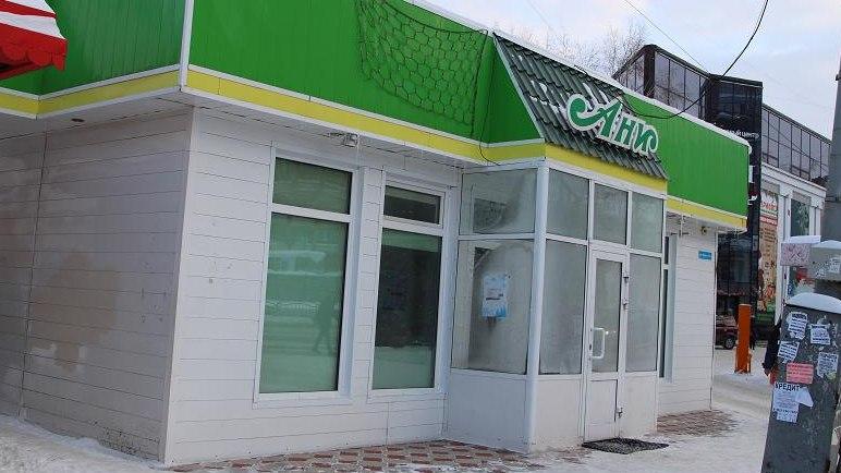 Приставы заставляют должника снести незаконное здание магазина в центре Томска.