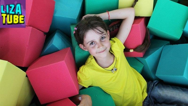 Батутный центр Рома Лиза Мама и Папа прыгают на батутах Развлечения для детей Влог LizaTube