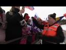 Йоханнес Бё дарит медаль девочке болельщице 10 03 2018 Контиолахти сингл микст