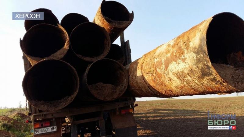 На Херсонщині викопують труби системи зрошення