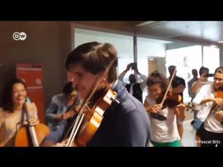 Что бывает, когда у симфонического оркестра задерживается рейс Спонтанный концерт прямо в .mp4