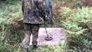 Металлодетекторный поиск монет в высокой траве летом