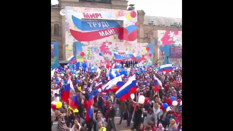 В Москве прошло первомайское шествие 130 тысяч его участников несли флаги транспаранты воздушные шары и цветы
