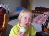Я съем это яблоко? Нет, это лук. Это яблоко! Это лук. Это яблоко!!! Хорошо, если настаиваешь, ешь
