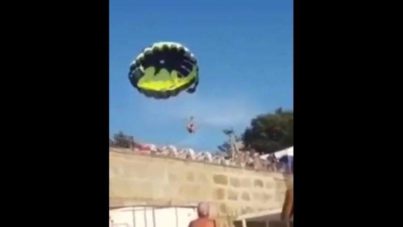 Молодая пара получила удар током во время катания на парашюте в Джубге