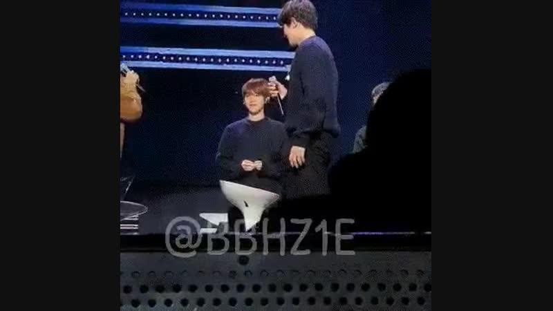 IM LAUGHING BAEKHYUN STOOD THERE INNOCENTLY WHILE CHANYEOL PANICKED!!