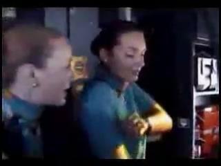 Стюардесса устроила стриптиз в самолете