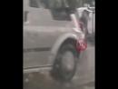 В Сочи водитель легкового автомобиля «Ниссан» не справился с управлением, авто занесло на мокрой дороге и он врезался в металиче