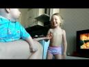 мама с дочкой играют, сыну смешно 😍