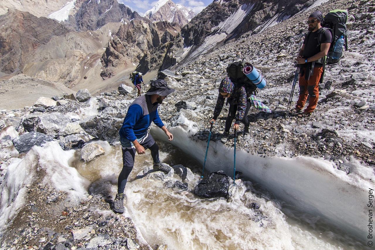 переход ледниковой трещины в походе в Фанских горах