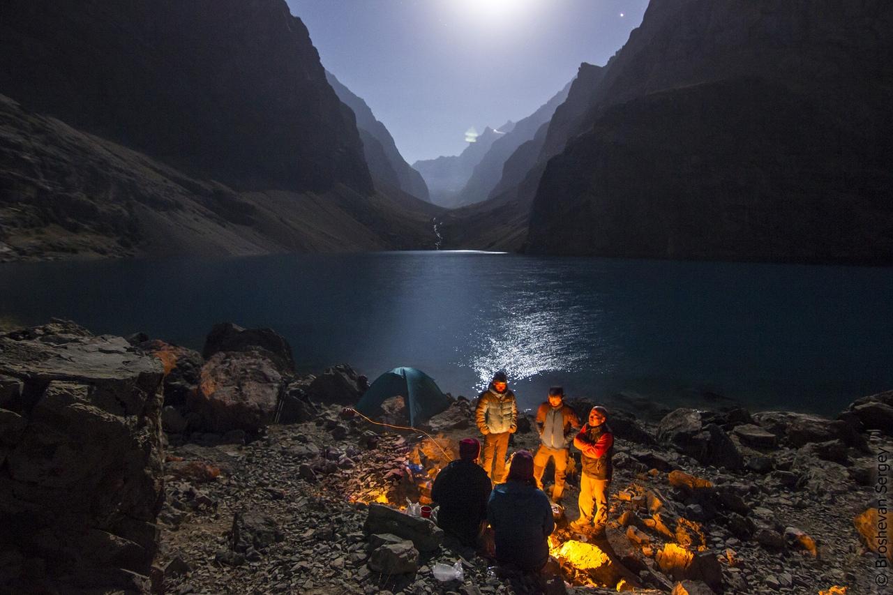 ночной вид на озеро, освещенное луной