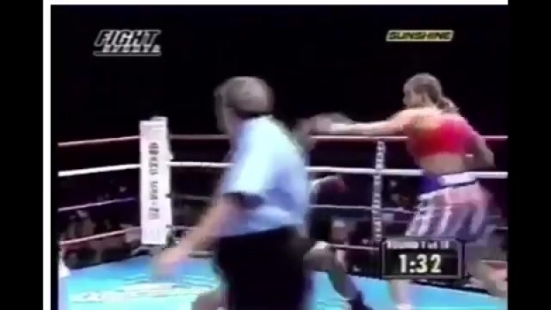 Woman KOs Woman With a Boxing Bomb !