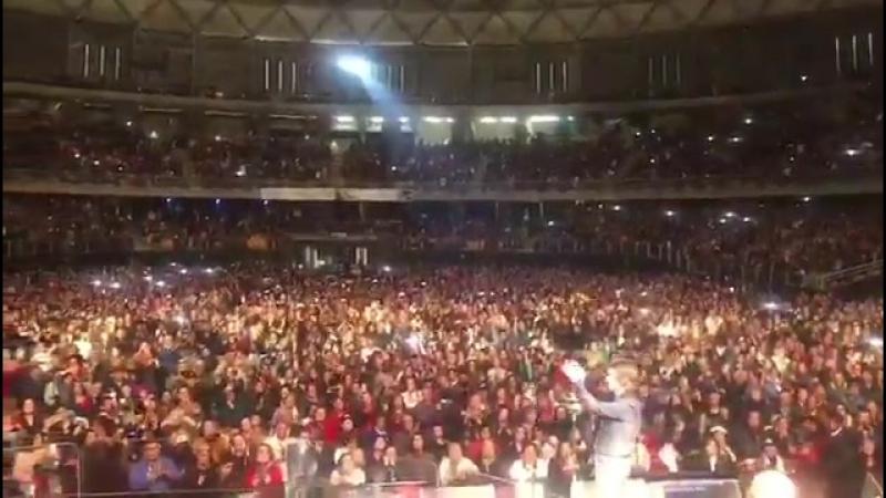 Público en pie ovacionado al gran @RAPHAELartista en @movistararena de Santiago de Chile a