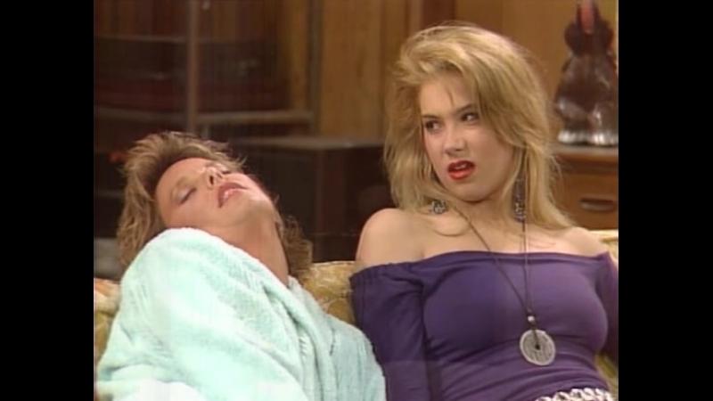 Christina Applegate sexy dans Mariés deux Enfants Part 2