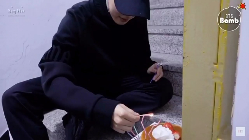 Jungkook filming jimin while he lights the candle and help him out (ㅠ_ㅠ)