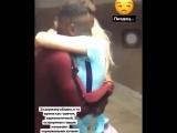 Красивая русская девушка целуется с африканцем