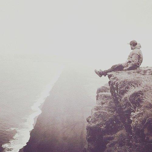 Забыть человека мешают именно хорошие воспоминания. Они рвут тебя изнутри, заставляют вернуться назад.