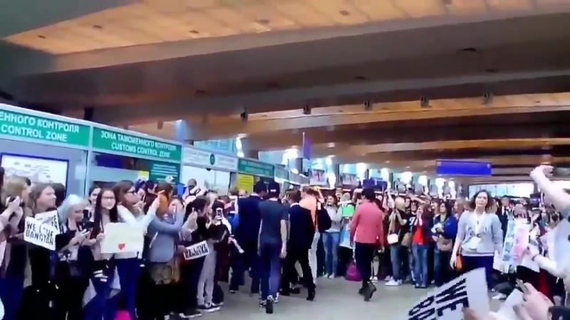 Русские ARMY приветствуют BTS в аэропорту