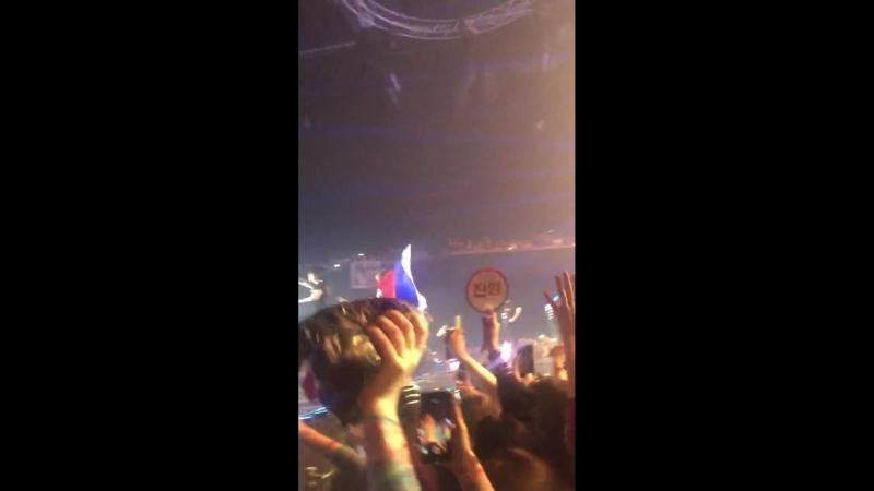[EYES ON YOU] 180606 GOT7 - Марк с флагом России @ Мировой концертный тур «Eyes On You» в Москве
