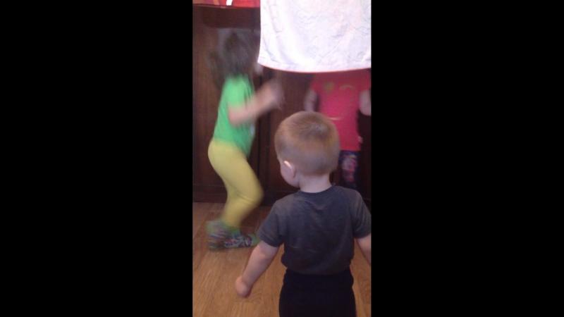Сынок и доча танцуют ❤️