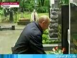 Путин возлагает цветы Солженицыну и Деникину