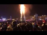 В Южно-Сахалинске сгорела главная городская новогодняя елка ( 480 X 848 ).mp4
