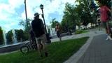 Велосипедист сбивает и нападает на пешехода