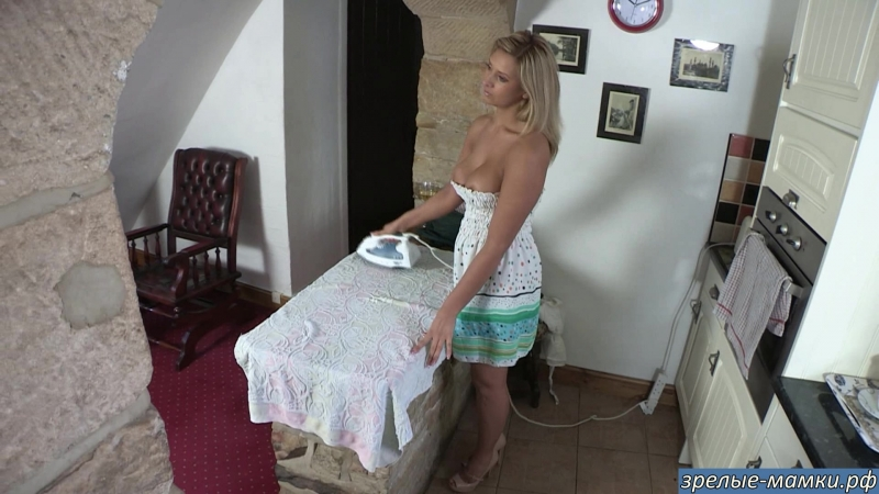 Мамка сексуально гладит белье