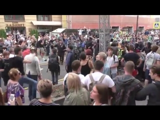 Неудобные вопросы омоновцам от протестующих