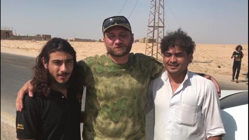 Олег Блохин с Даляджем и Абд-ар-Разаком из племени шайтат уже на отдыхе.
