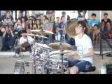 Девушка очень круто играет на ударных (Moves Like Jagger)