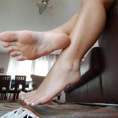 Сперма на больших женских ступнях 9