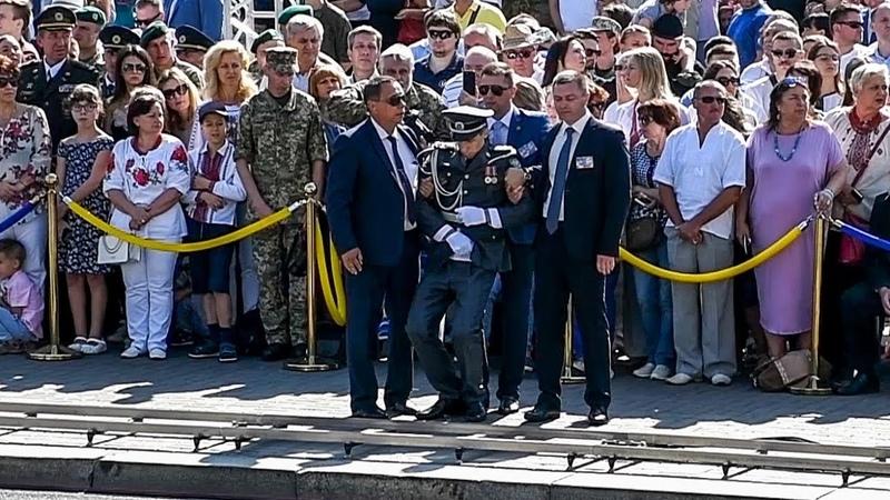 Во время выступления Порошенко солдат почетного караула потерял сознание