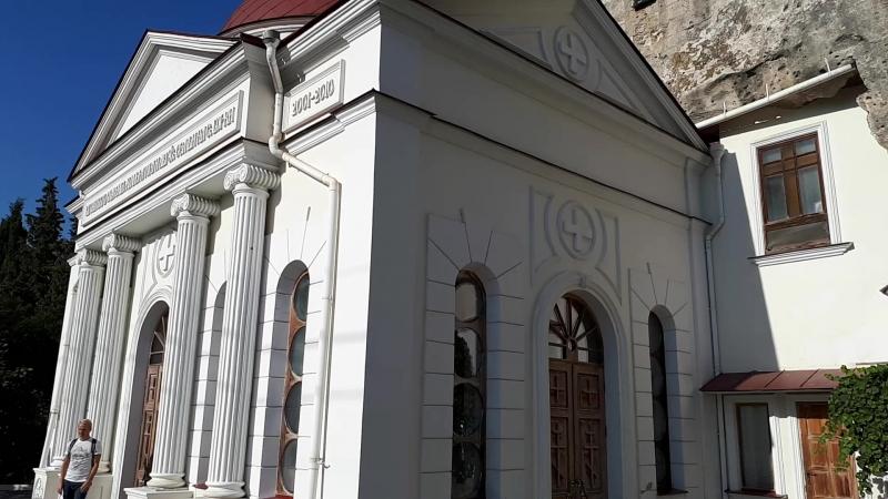 Два храма - внизу святого великомученика и целителя Пантелеимона, вверху святого Климента