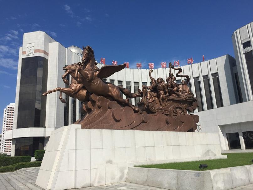 Скульптура изображающая движение детей в светлое будущее