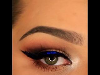 Выразительный взгляд с синей стрелкой