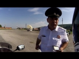 Сотрудники ДПС наставляют мотоциклиста (6 sec)