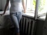 Развратная школьница показывает свои большие красивые сиськи