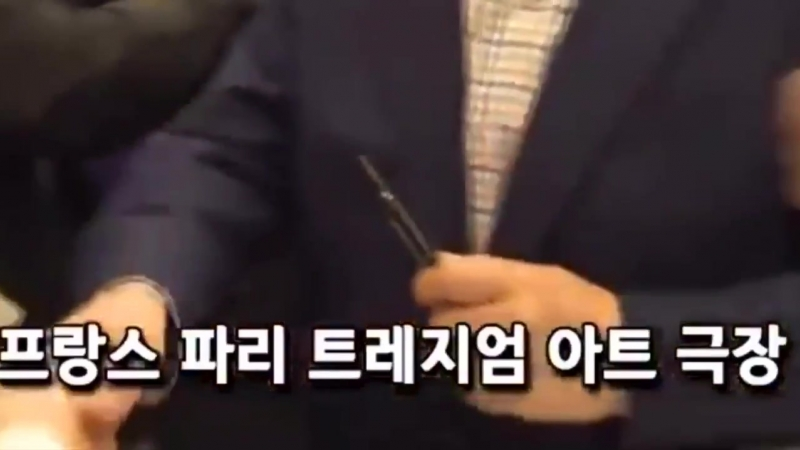 Lol @ jungkook hesitating getting the pen back from the president but jin just grabbed it right outta his hand 😂