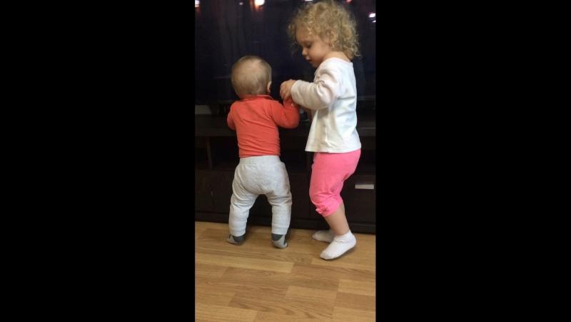 Афинка учит братика танцевать)