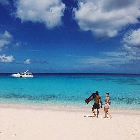Кайли Дженнер наслаждается отдыхом на островах Теркс и Кайкос вместе с дочерью Сторми и бойфрендом Трэвисом Скоттом