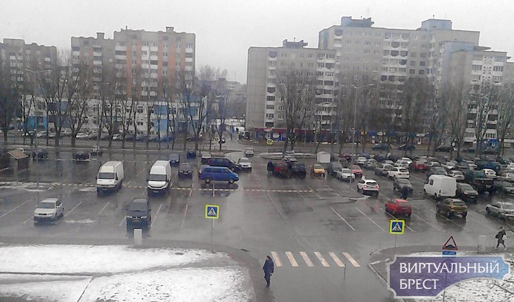 На полупустой стоянке гипермаркета столкнулись два автомобиля
