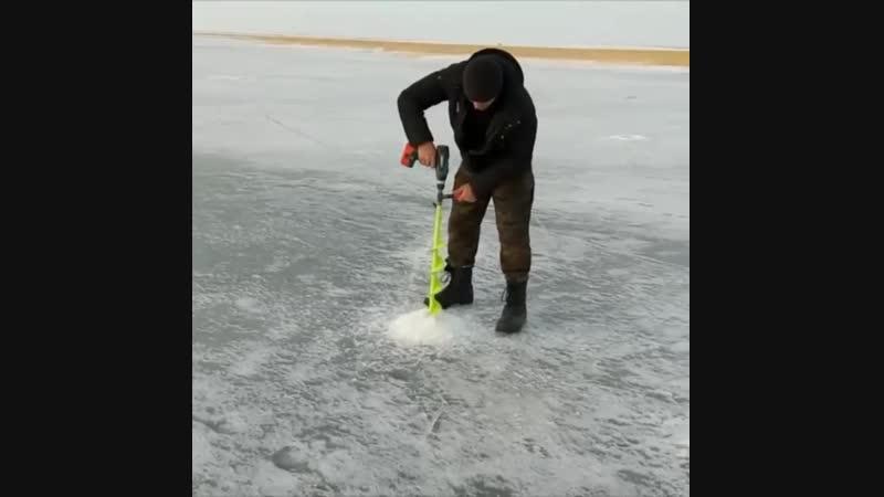 специально для ВАС, нашли видео, как без особых усилий можно просверлить лунку во льду обычным аккумуляторным шуруповертом ⚙️