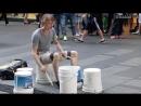 Барабанщик - виртуоз играет на пустых ведрах.mp4