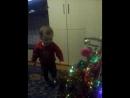 наряжает елку своим игрушкам