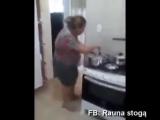 Танец забавной толстушки. Смешная женщина танцует на кухне. Прикольный танец! )