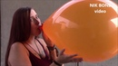 Barbara pustet diesen riesigen orangenen Luftballon so weit auf, bis er es nicht mehr aushält - B2P